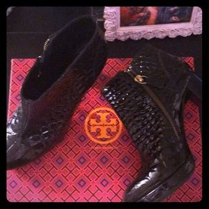 💕Tory Burch Black & Gold boots 💕